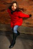 砖墙的女孩 免版税图库摄影