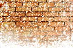 砖墙纹理有白色雪的剥落 免版税图库摄影