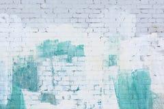 砖墙绘了与白色和绿松石油漆的摘要 背景,纹理 库存图片