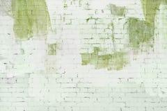 砖墙绘了抽象白色和浅绿色的油漆 背景,纹理 库存图片