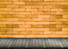 砖墙背景和木 免版税图库摄影
