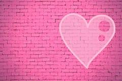 砖墙街道画心脏,情人节背景 图库摄影