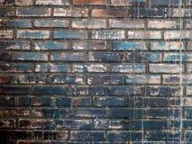 砖墙,昏暗地被点燃的老砖墙 库存图片