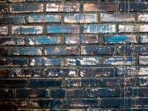 砖墙,昏暗地被点燃的老砖墙 免版税库存图片