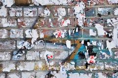 砖墙:绘和削皮 库存图片