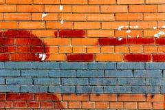 砖墙绘了与广告踪影的蓝色和红色油漆  抽象背景 库存照片