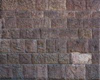 砖墙 大棕色砖墙背景和纹理 有破旧的结构的红褐色的砖墙 减速火箭的房子门面 b墙壁  免版税库存图片