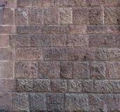 砖墙 大棕色砖墙背景和纹理 有破旧的结构的红褐色的砖墙 减速火箭的房子门面 b墙壁  免版税库存照片