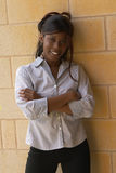 砖女性微笑的学员墙壁年轻人 免版税库存照片
