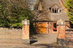 砖家庭房子车道。 免版税库存照片