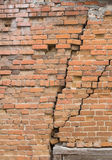 砖崩裂老墙壁 库存图片
