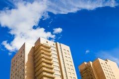 砖市政房子在蓝天下 免版税图库摄影