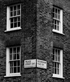砖平与标志和窗口 库存照片