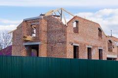 砖房子建设中与未完成的屋顶 库存图片