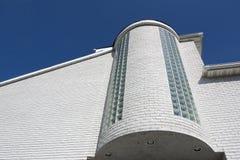 砖房子端白色 免版税库存照片