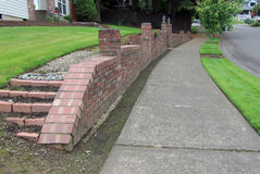 砖护墙在邻里 免版税库存图片