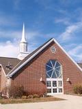 砖教会外部现代红色尖顶 免版税库存照片