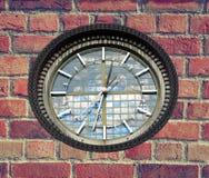 砖时钟墙壁 免版税库存图片