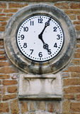 砖时钟老墙壁 免版税库存照片