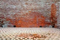 砖是建筑材料用于做墙壁 路面和其他元素在砖石结构 免版税库存照片