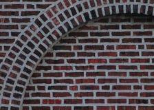 砖曲拱和背景 库存图片
