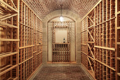 砖最高限额地窖酒木头 免版税库存图片