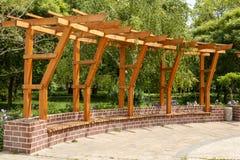 砖木荫径在城市公园 库存图片