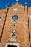 砖概要做了门面有雕塑的一个老教会在大理石在威尼斯 免版税库存图片