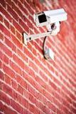 砖照相机被挂接的证券墙壁 库存照片