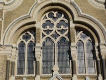 砖犹太教堂与石装饰的窗口的大厦细节 免版税图库摄影