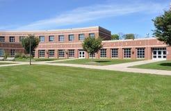 砖现代红色学校 免版税库存照片