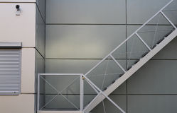 砖瓦房下来逃脱火主导的金属现代台阶 免版税库存照片
