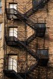 砖瓦房下来逃脱火主导的金属现代台阶 免版税图库摄影