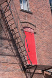 砖瓦房下来逃脱火主导的金属现代台阶 免版税库存图片