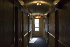 砖瓦房下来逃脱火主导的金属现代台阶 库存照片