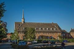 砖瓦房和停车场在日落在蒂尔特 免版税库存图片