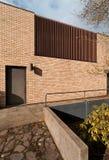 砖瓦房外部格栅垂直木头 图库摄影