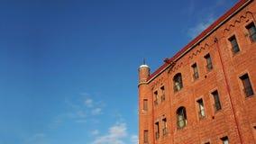 砖瓦房结算天空 免版税库存图片