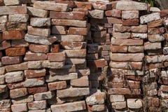 砖瓦房建筑材料堆 免版税图库摄影