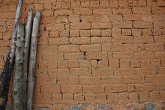 砖瓷被找到的泥墙壁 库存照片