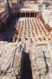 砖的地下暖气设备和专栏 免版税库存图片