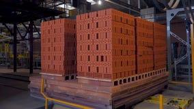 砖的生产的植物 生产建筑材料的植物与准备好砖,工业的建筑 免版税库存照片