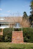 砖的Pedastel老教堂钟 免版税库存照片