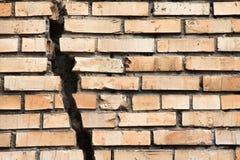砖破裂的墙壁 免版税图库摄影