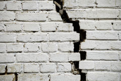 砖破裂的老墙壁 免版税库存图片