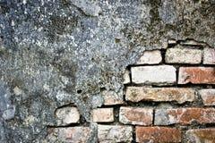 砖粉碎的墙壁 免版税库存图片