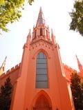 砖红色教会尖顶 库存图片