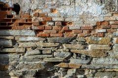 砖老纹理墙壁 年迈的石表面难看的东西背景  免版税库存照片