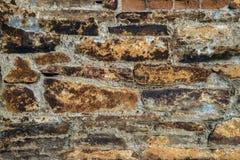 砖老纹理墙壁 年迈的石表面难看的东西背景  库存照片