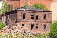 砖老被毁坏的房子与窗口墙壁的,在被破坏的市区的废墟附近 库存图片